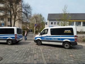 Einsatzfahrzeuge der Polizei vor der Schule